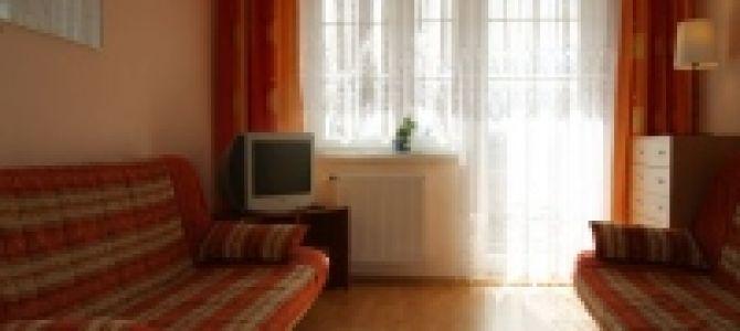 Komfortowa kawalerka w Krynicy Morskiej na I piętrze z balkonem oraz miejscem parkingowym. Do dyspozycji gości: kompletnie wyposażony aneks kuchenny (lodówka, kuchenka, mikrofala czajnik, naczynia, sztućce), łazienka, TV (kablówka). Mieszkanie ...